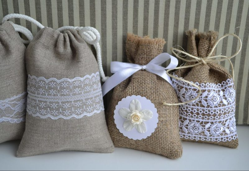 Accessories of burlap: durability and design